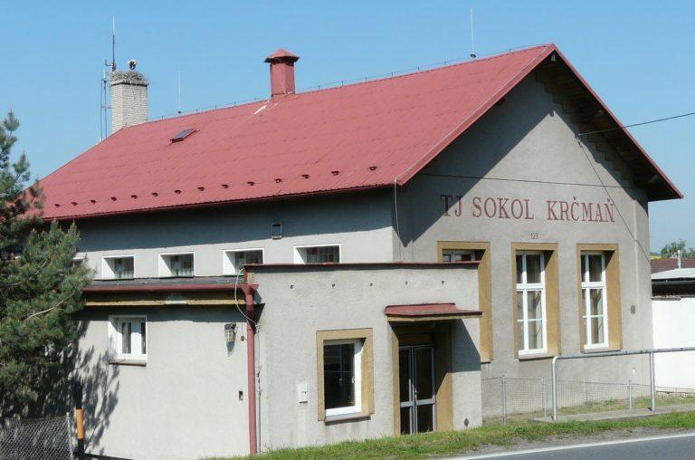 Sokolovna v Krčmani z minulých letech, kdy tam ještě hnízdili čápi.
