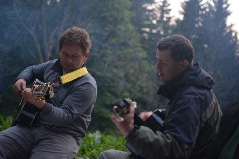 … nebo posezení u ohně s kytarou. Foto: J. Kačalová